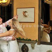 Молодая пара танцует у зеркала